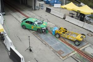 Frontalzusammenstoß mit Tempo 50: Der Barrierewagen prallt seitlich versetzt gegen das gleichschnelle Testfahrzeug. Der neue Crashtest des ADAC könnte Autos noch sicherer machen. Foto: Martin Hangen / ADAC.