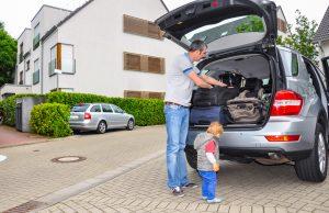 Schweres Urlaubsgepäck sollte man unten im Kofferraum verstauen, die Ladung mit Spanngurten sichern. Foto: TÜV Rheinland.