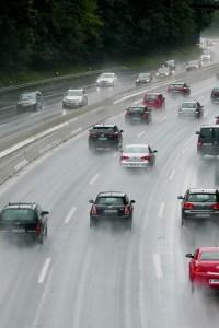 Runter vom Gas bei Sturm und Starkregen: ADAC gibt Tipps zum Fahren bei Wind und Aquaplaning. Foto: ADAC / Achim Otto.