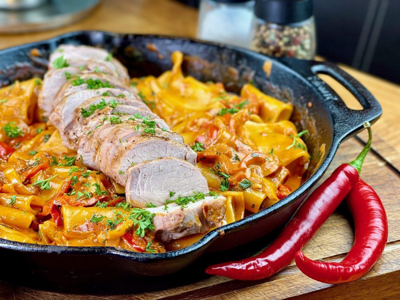 Pasta mit Schweinefilet und Paprikarahm