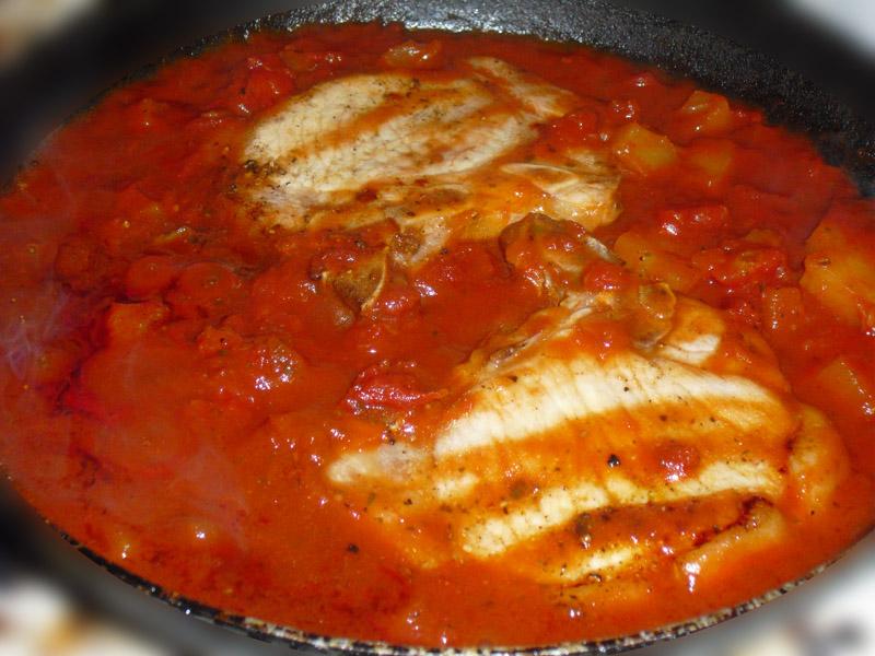 Kottelettene småkokes i sausen i ca. 15 minutter. Joda, du kan selvsagt bare kjøpe en saus.