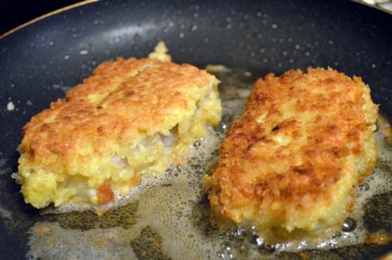 STekes i panne 3-4 minutter på medium sterk varme, til skorpen er sprø og gylden brun.