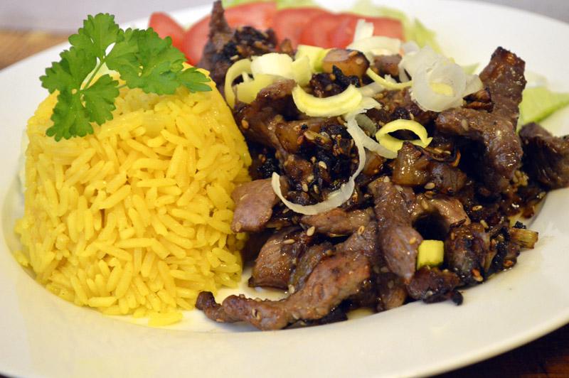 Bulgogi, en nydelig koreansk biffrett. Her servert med ris og salat.