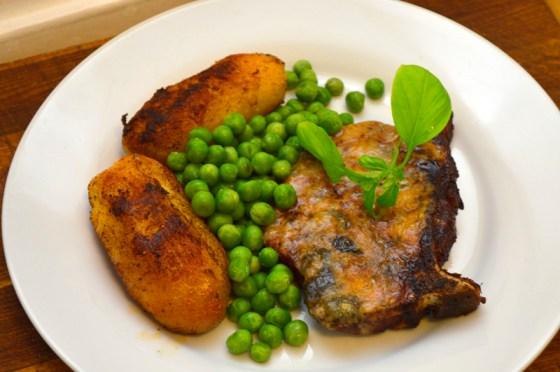 Roquefortgratinert kreolske sommerkoteletter med pannestekte kokte poteter og erter dampet i mikrobølgeovn.