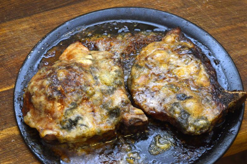 La kotelettene stå i ovnen til osten bli gylden brun.