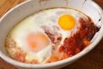 Bakt egg og stekte poteter i tomatsaus