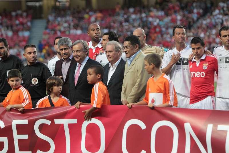 O Alto Comissário António Guterres (de gravata rosa) durante o jogo em Lisboa, com Luis Figo e Eusebio. (Pedro Fiuza/SL Benfica)