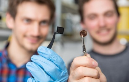 The optical microchips that the researchers are working on developing are about the size of a one-cent piece.<address>© WWU - Peter Leßmann</address>