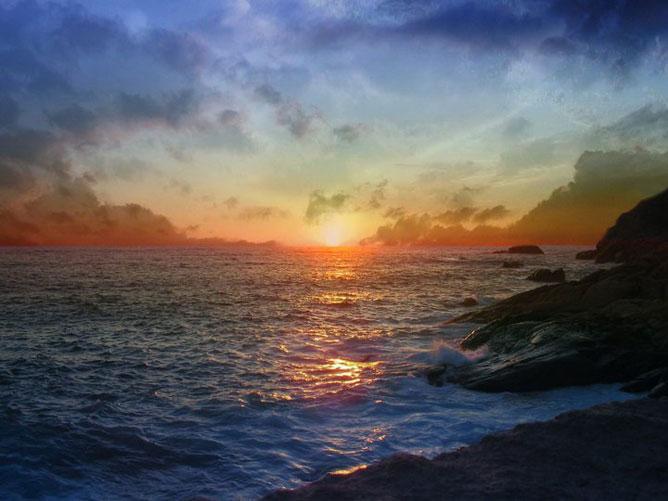 Színekben gazdag, gyönyörű tengerparti naplemente