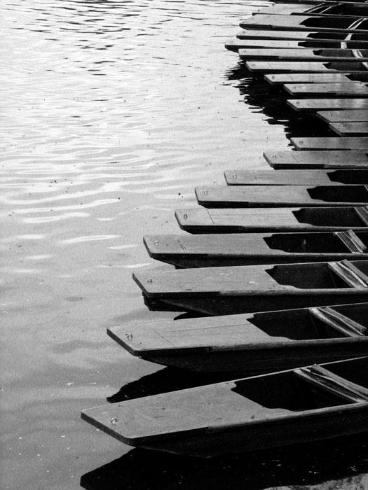 Bizonytalan, ingatag út himbálódzó csónakokból.