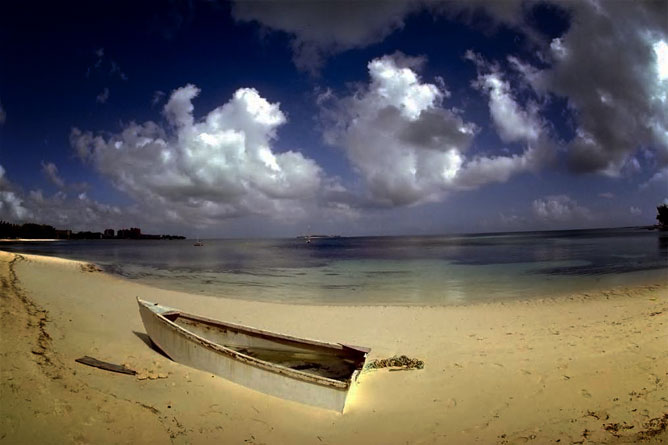 Üres csónak a homokban a tengerparton.