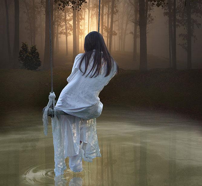 Hintázó lány a tó közepén.