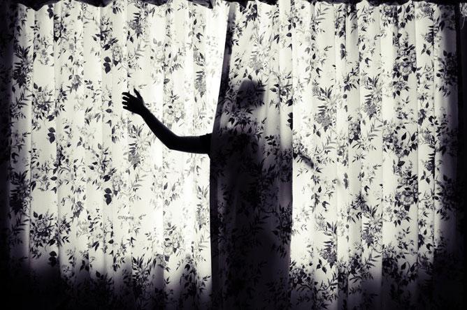 Alak a függöny mögött.