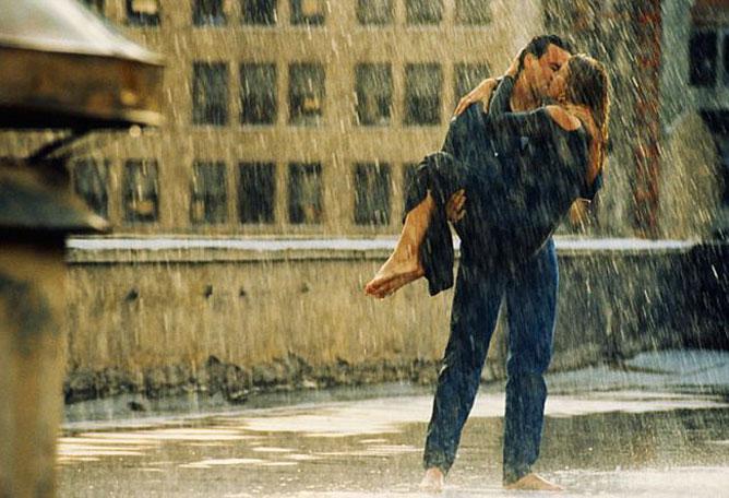 Csókolózó szerelmesek az esőben.