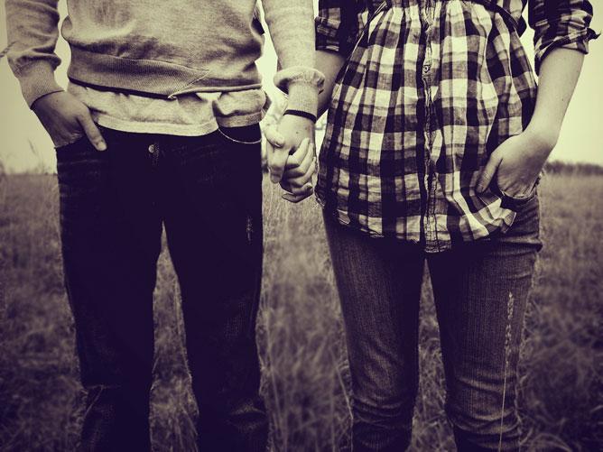 Szerelmespár kéz a kézben.