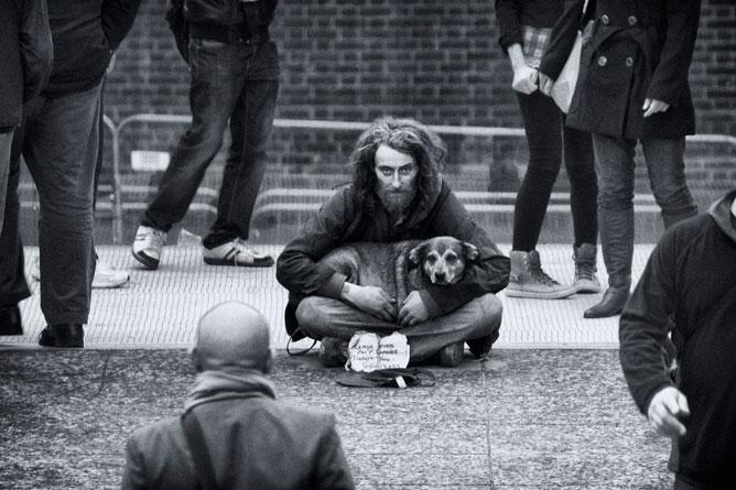 Koldus a kutyájával.