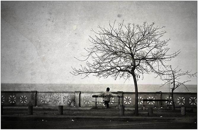 Magányosan.