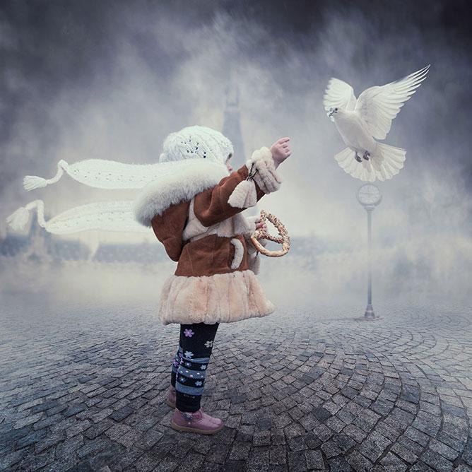 Fehér galambokat etető kislány.