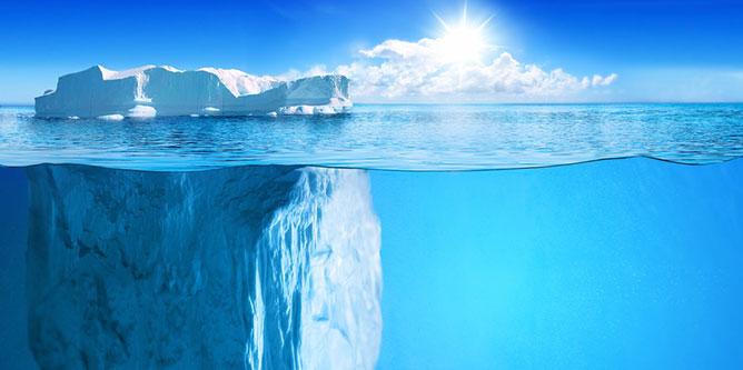 jégtömb víz alatt.