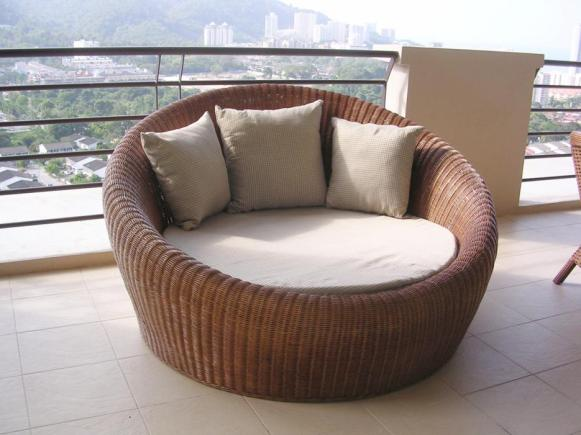 Ivory Wicker Round Bed