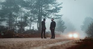 uomini in un bosco