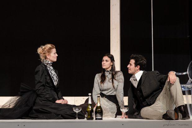 """IBSEN.SPETTRI.AKROAMA.NOVEMBRE2019.SABINAMURRUFOTO.4SM4658 scaled """"Spettri"""" in prima nazionale al Teatro delle Saline"""