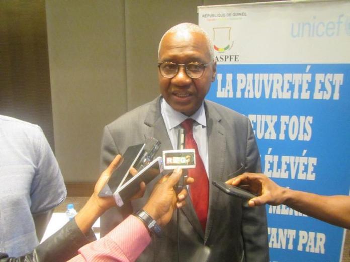 Me Cheick Sacko, Ministre d'Etat, Ministre de la justice garde des sceaux répondant aux questions des journalistes