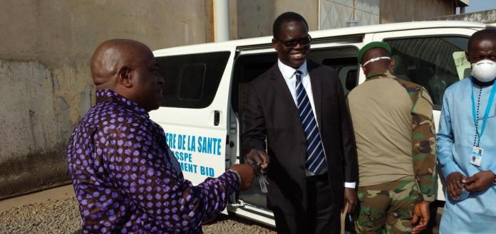 Dr Pierre Ngom, Représentant Résident de l'UNICEF remettant les clés des véhicules au Ministre de la santé, Médecin colonel Remy Lamah