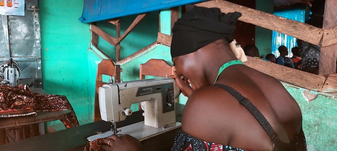 F.T en train d'apprendre la couture grâce au projet de l'UNICEF