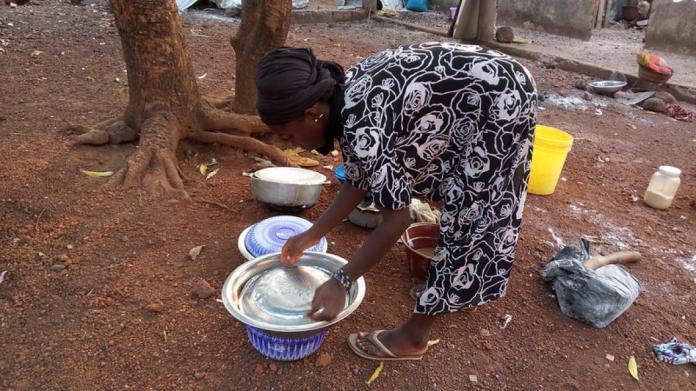 Aminata Doumbouya, élève en classe de terminale sciences sociales dans ses travaux ménagers
