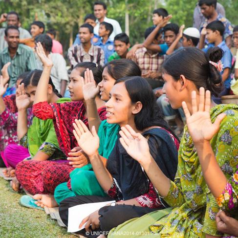 Un grupo de adolescentes compañeras de clase se reunen afuera y levantan la mano haciendo una promesa