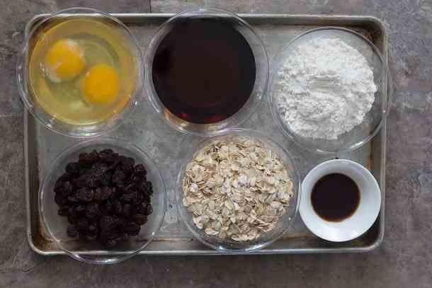To make cookies without butter you need maple syrup, water, flour, eggs, oatmeal, raisins and vanilla.