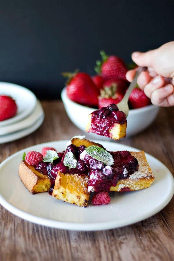 This homemade baked French toast with Berry compote is all you need for a Sunday morning! Save time and energy by baking these French toasts in the oven!