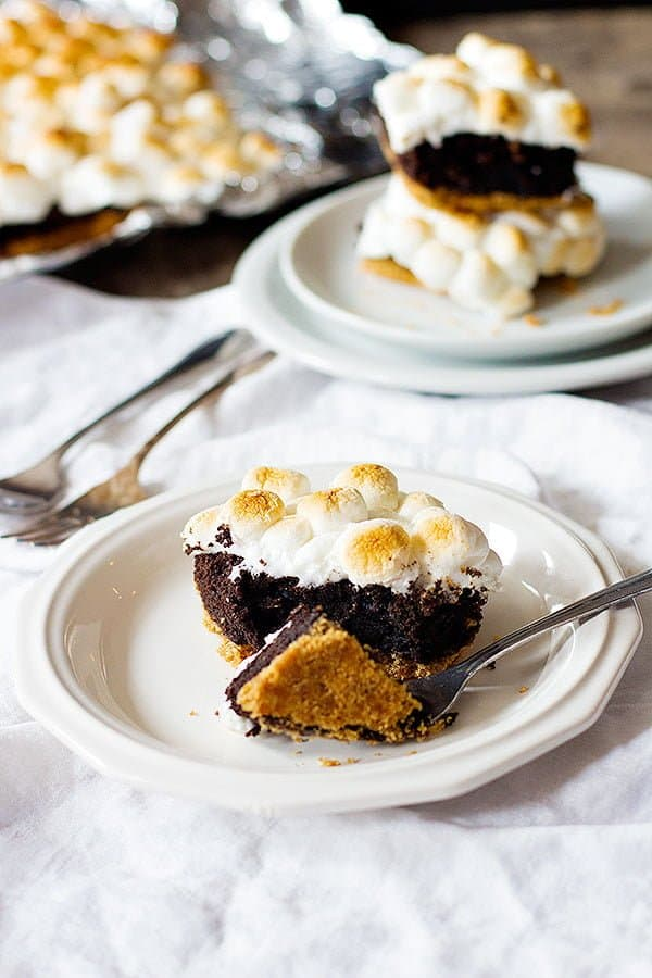 To make these gooey brownies with marshmallows, you need graham crackers crust, brownie batter and marshmallows.