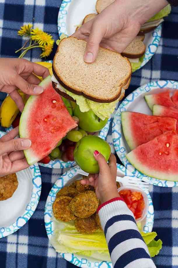 When the weather is nice and the sun is out, all we want to do is pack and go on a Sunday picnic! Planning a picnic can be super simple and easy if you just know a couple of tips and tricks!