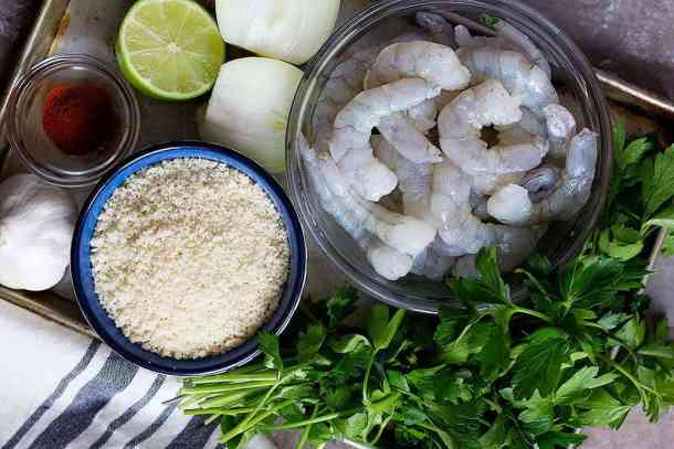 To make shrimp patties you need shrimps, onion, bread crumbs, spices, parsley, garlic and lime