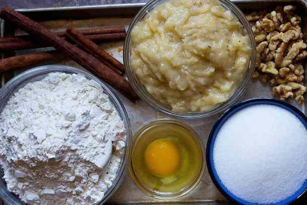 Ingredients for banana bread muffin recipe are flour, bananas, sugar, egg, cinnamon and walnuts.