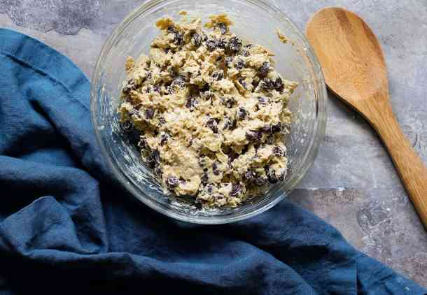 Mix everything to have a good chocolate chip oatmeal cookie dough and refrigerate for one hour.