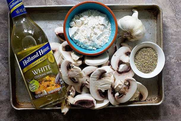 Mushroom gravy ingredients are mushrooms, garlic, pepper, flour and cooking wine.
