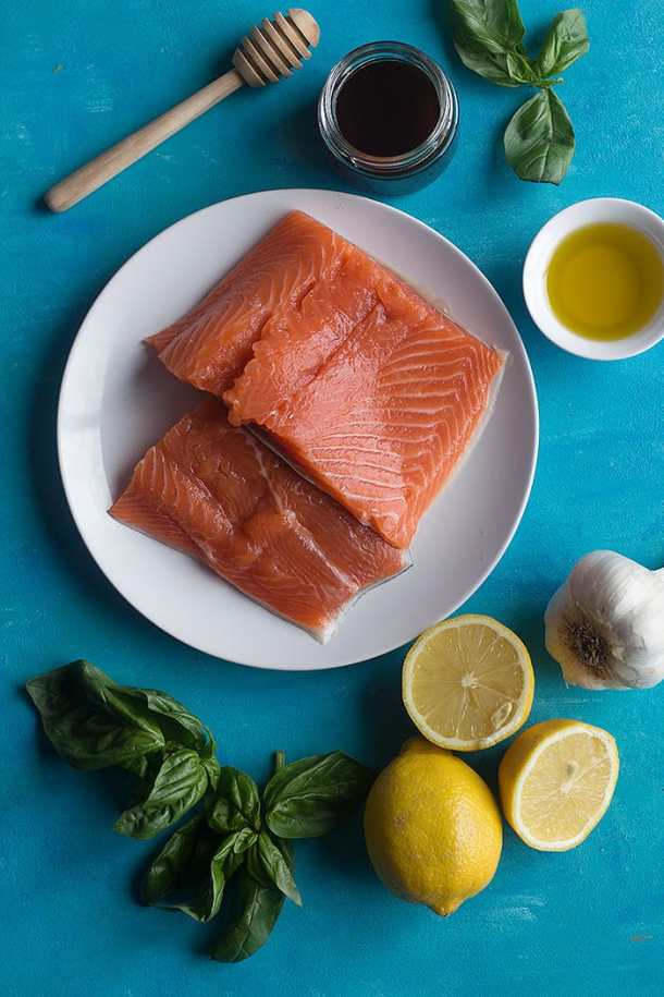 the ingredients to make baked salmon in foil are salmon, honey, garlic, lemon juice, olive oil and basil.