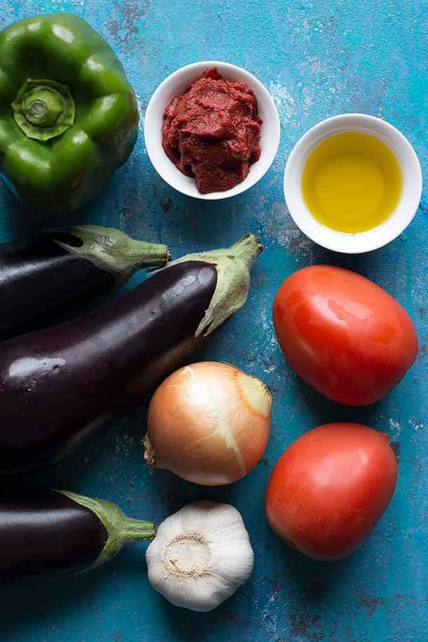 You need eggplants, garlic, onion, tomatoes, pepper, olive oil and green pepper for this recipe.