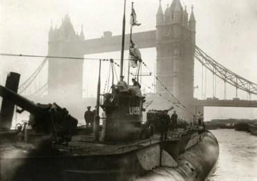 Le sous-marin U115 devant le Tower Bridge