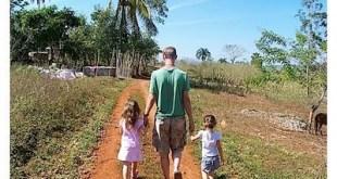 Meninas de mão dasdas com o pai