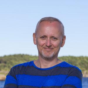Høyrepolitiker Steinar foran en blå himmel