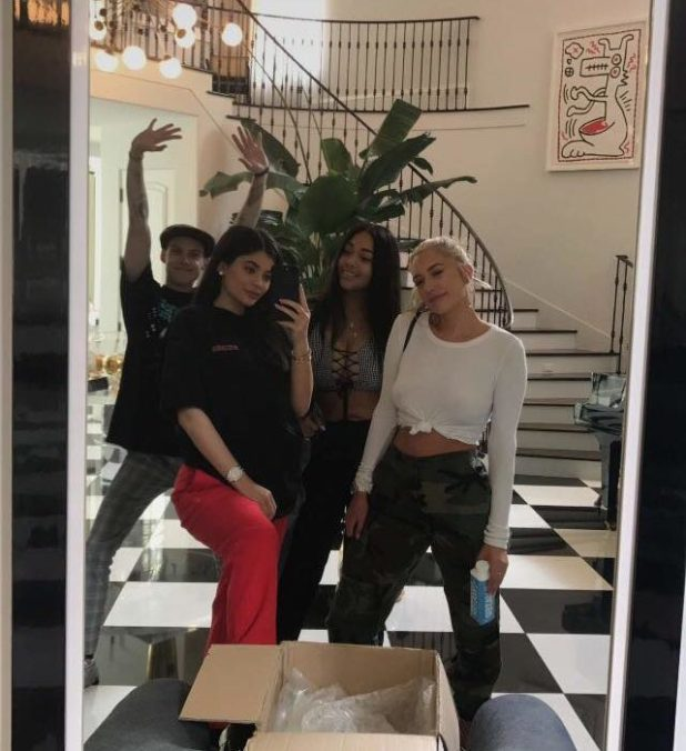 Everyone Thinks Kylie Jenner Looks Really Pregnant On Snapchat 21952344 1463021477066757 630032436 o 2 640x700