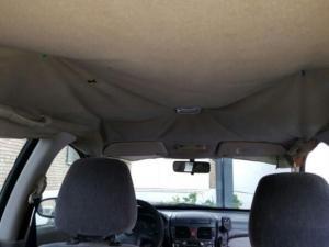 En este coche, los agentes han tenido que sujetar el techo con chinchetas..
