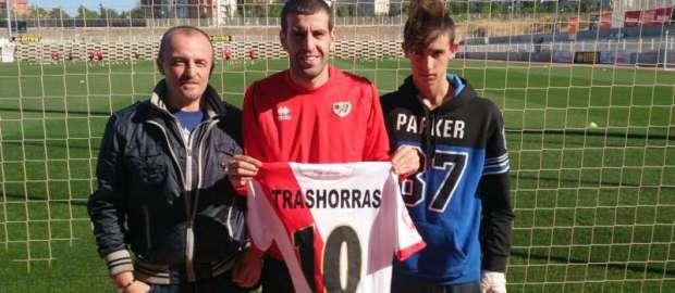 Trashorras entrega su camiseta al ganador del SORTEO de Unión Rayo