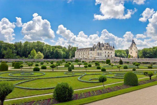 7famous castle chenonceau view from the garden loire valley franceshutterstock 12637639 Înconjurul lumii în cel mai scurt timp