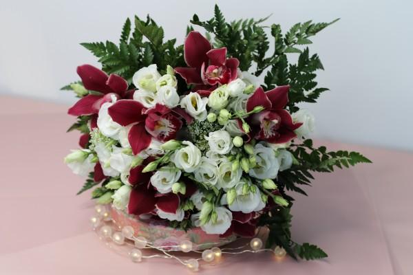 buchet orchid grena 2 Cadoul floral bine ales, transmite mesajul corect