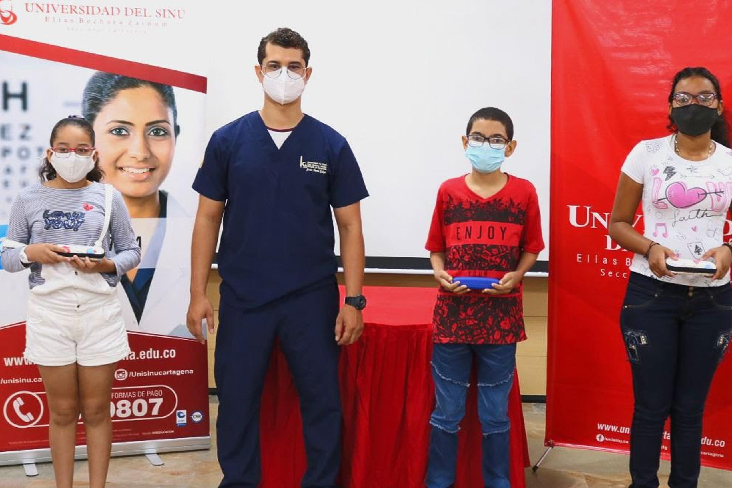Unisinú hace entrega de lentes a niños de la ciudad